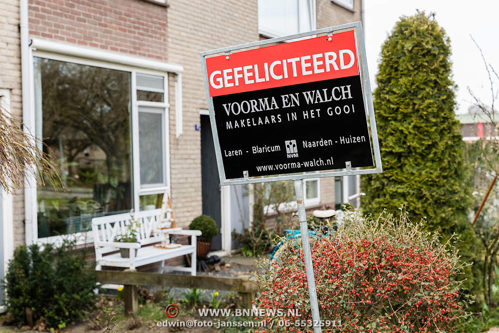 NLD/Huizen/201070317 - Makelaarsbord van een verkochte woning,