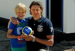 02-06-2012 VOLLEYBAL: EK BEACHVOLLEYBAL: SCHEVENINGEN<br /> Dirk Jan van Gendt met zijn zoontje<br /> ©2012-FotoHoogendoorn.nl