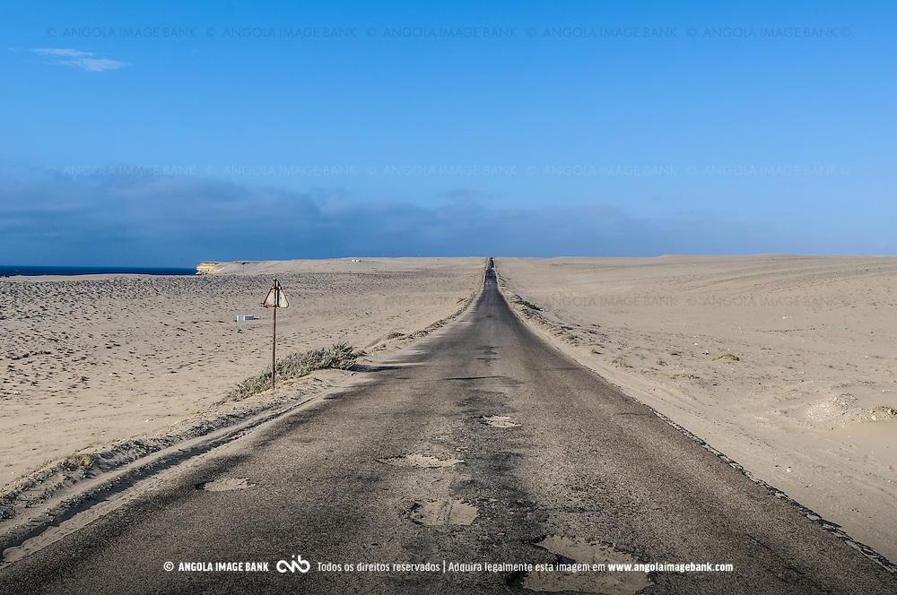 A estrada entre o Porto Alexandre (Tómbua) e a cidade do Namibe antes de ser reabilitada. Província do Namibe, Angola