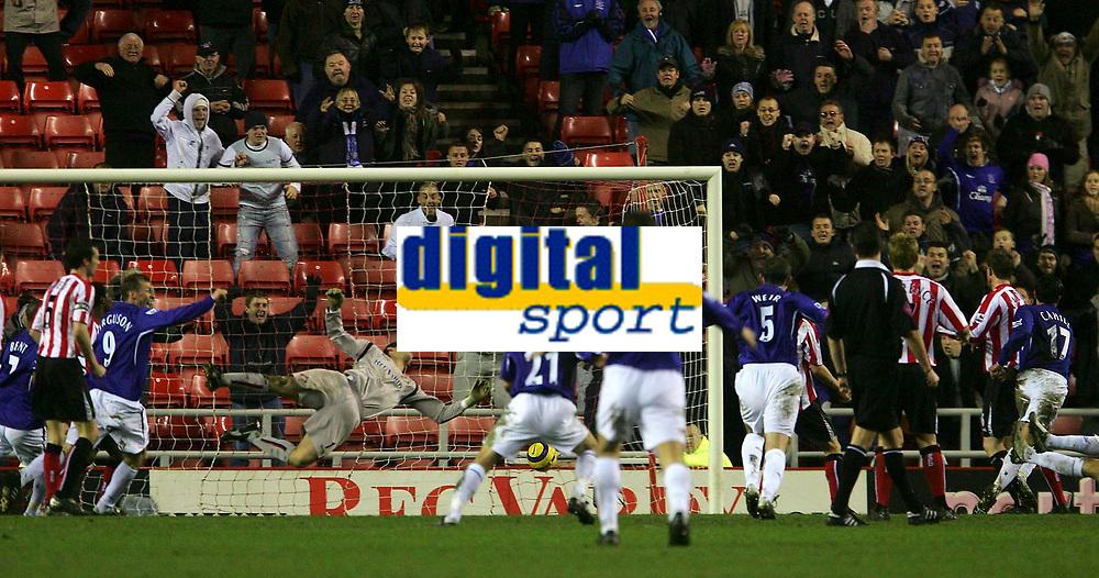 Photo: Andrew Unwin.<br />Sunderland v Everton. The Barclays Premiership. 31/12/2005.<br />Sunderland's goalkeeper, Kelvin Davis, is beaten by an injury time header from Everton's Tim Cahill (R).