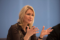 DEU, Deutschland, Germany, Berlin, 14.12.2015: Bundesfamilienministerin Manuela Schwesig (SPD) in der Bundespressekonferenz zum Thema Schutz und Unterstützung für Flüchtlingskinder in Deutschland.