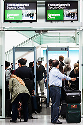 THEMENBILD, Airport Muenchen, Franz Josef Strauß (IATA: MUC, ICAO: EDDM), Der Flughafen Muenchen zählt zu den groessten Drehkreuzen Europas, rund 100 Fluggesellschaften verbinden ihn mit 230 Zielen in 70 Laendern, im Bild Passagiere bei der Fluggastkontrolle // THEME IMAGE, FEATURE - Airport Munich, Franz Josef Strauss (IATA: MUC, ICAO: EDDM), The airport Munich is one of the largest hubs in Europe, approximately 100 airlines connect it to 230 destinations in 70 countries. picture shows: Passengers at the Security Check Point, Munich, Germany on 2012/05/06. EXPA Pictures © 2012, PhotoCredit: EXPA/ Juergen Feichter