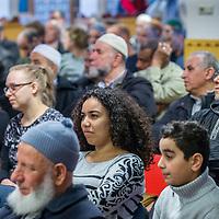 Nederland, Amsterdam, 5 maart 2017.<br /> Op zondag 5 maart om 14.00 uur organiseren het Comité 21 maart en het Collectief Tegen Islamofobie en Discriminatie een solidariteitsbijeenkomst in de Grote Moskee van Amsterdam aan de Weesperzijde 76. Iedereen is uitgenodigd om zijn solidariteit met moslims te tonen. In het huidige politieke klimaat is de rechtsstaat onder druk komen te staan en biedt zij volgens meerdere partijen niet aan alle burgers gelijke bescherming. Daarom zullen we samen een geluid laten horen tegen de haatzaaiende verhalen en met zoveel mogelijk verschillende mensen solidariteit tonen met moslims. Dit is hard nodig omdat zij vaak niet alleen doelwit voor extreem-rechts zijn, maar ook voor religieus extremisme. <br /> De islam en moslims worden vandaag de dag over het hele politieke spectrum geproblematiseerd en dat zorgt voor een gevoel van angst en onveiligheid. Op deze dag komen organisaties die zich inzetten voor de rechten van vrouwen en homo's, tegen anti-zwart racisme en islamofobie, vakbonden en migrantenorganisaties samen om deze angst te vervangen door binding en inclusiviteit. Naast het tonen van solidariteit willen de organisaties iedereen oproepen om naar de stembus te gaan en actief deel te nemen aan het publieke debat. <br /> Gespreksleider is: Yassin El Forkani (Jongerenimam)<br />  <br />  <br /> <br /> <br /> Foto: Jean-Pierre Jans