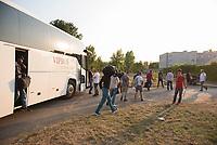 DEU, Deutschland, Germany, Berlin, 13.08.2015: Ankunft von Flüchtlingen mit einem Bus in der kurzfristig eingerichteten Notunterkunft im Berliner Stadtteil Karlshorst. Die vom DRK betriebene Erstaufnahmestelle in der Köpenicker Allee soll die Zentrale Aufnahmeeinrichtung für Asylbewerber der LaGeSo in Moabit entlasten.