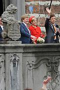 Zijne Majesteit Koning Willem-Alexander en Hare Majesteit Koningin Máxima bezoeken de provincie Zeeland.<br /> <br /> His Majesty King Willem-Alexander and Máxima Her Majesty Queen visits the province of Zeeland<br /> <br /> Op de foto / On the photo:  Aankomst van de Koning en Koningin bij het stadhuis aan de Grote Markt in Goes en Bezoeken diverse kraampjes en presentaties op de Grote Markt en proeven onder andere zeekraal<br /> <br /> Arrival of the King and Queen at the Town Hall on the Grand Place in Goes and Visits various stalls and presentations on the Grand Place and try local food such as samphire