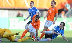 20-05-2015 NED: Nederland - Estland vrouwen, Rotterdam<br /> Oefeninterland Nederlands vrouwenelftal tegen Estland. Dit is een 'uitzwaaiwedstrijd'; het is de laatste wedstrijd die de Nederlandse vrouwen spelen in Nederland, voorafgaand aan het WK damesvoetbal 2015 / Shanice van de Sanden #19 scoort de 5-0
