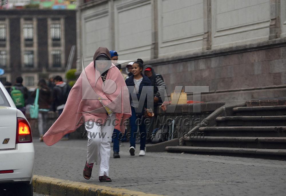 TOLUCA, México.- (Enero 29, 2018).- Habitantes del Valle de Toluca salieron a realizar sus actividades cotidianas muy abrigados, por las bajas temperaturas que se continúan registrando. Agencia MVT / Crisanta Espinosa.