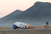 De VeloX4 is onderweg. Het Human Power Team Delft en Amsterdam (HPT), dat bestaat uit studenten van de TU Delft en de VU Amsterdam, is in Amerika om te proberen het record snelfietsen te verbreken. Momenteel zijn zij recordhouder, in 2013 reed Sebastiaan Bowier 133,78 km/h in de VeloX3. In Battle Mountain (Nevada) wordt ieder jaar de World Human Powered Speed Challenge gehouden. Tijdens deze wedstrijd wordt geprobeerd zo hard mogelijk te fietsen op pure menskracht. Ze halen snelheden tot 133 km/h. De deelnemers bestaan zowel uit teams van universiteiten als uit hobbyisten. Met de gestroomlijnde fietsen willen ze laten zien wat mogelijk is met menskracht. De speciale ligfietsen kunnen gezien worden als de Formule 1 van het fietsen. De kennis die wordt opgedaan wordt ook gebruikt om duurzaam vervoer verder te ontwikkelen.<br /> <br /> The VeloX4 is on its way. The Human Power Team Delft and Amsterdam, a team by students of the TU Delft and the VU Amsterdam, is in America to set a new  world record speed cycling. I 2013 the team broke the record, Sebastiaan Bowier rode 133,78 km/h (83,13 mph) with the VeloX3. In Battle Mountain (Nevada) each year the World Human Powered Speed Challenge is held. During this race they try to ride on pure manpower as hard as possible. Speeds up to 133 km/h are reached. The participants consist of both teams from universities and from hobbyists. With the sleek bikes they want to show what is possible with human power. The special recumbent bicycles can be seen as the Formula 1 of the bicycle. The knowledge gained is also used to develop sustainable transport.