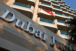 Torcedor colorado posta a bandeira do clube na sacada do Hilton Hotel, em Dubai. O Internacional participa de 8 a 18 de dezembro do Mundial de Clubes da FIFA, em Abu Dhabi. FOTO: Jefferson Bernardes/Preview.com