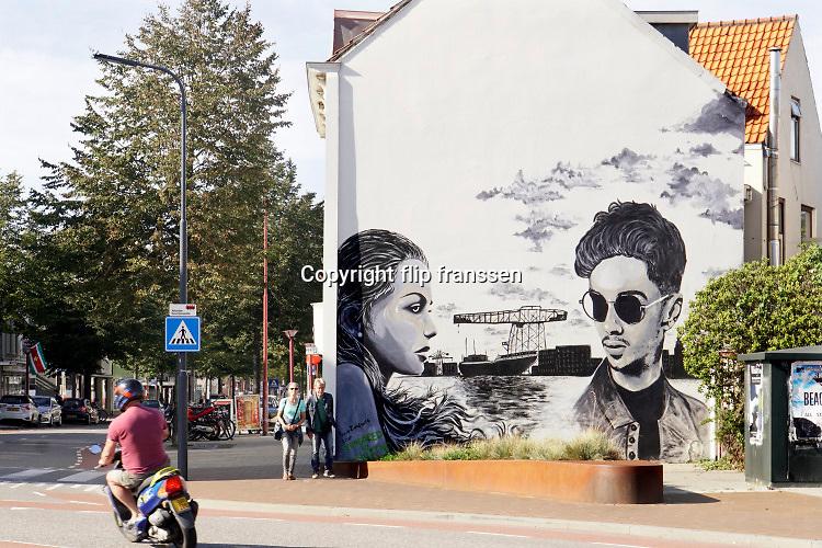 Nederland, Vlissingen, 15-9-2019 Muurschildering bij de vroegere ingang van scheepswerf de Schelde aan de rand van het centrum . De werf is overgenomen door Damen en de oude fabriekshallen staan leeg of zijn afgebroken om plaats te maken voor woningbouw en wonen . Foto: Flip Franssen