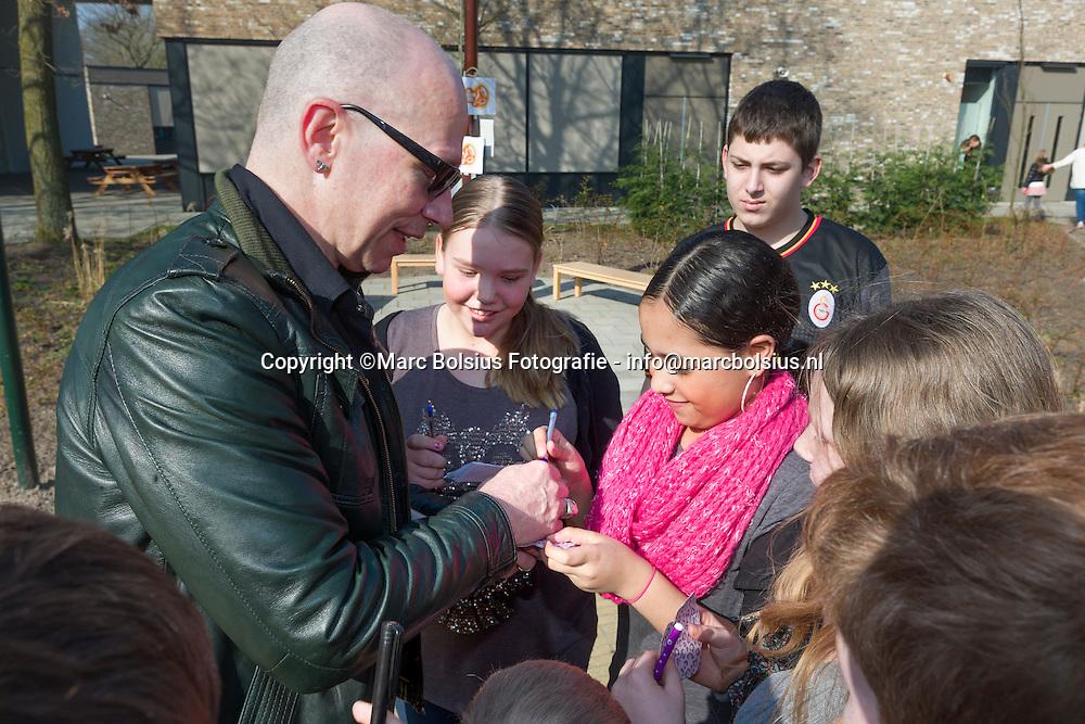 Nederland,  Rosmalen,trek aan de bel actie vam het Lilianefonds op de Herman Broerenschool met kinderboeken schrijver Paul van Loon