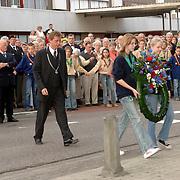 NLD/Huizen/20060504 - Dodenherdenking 2006 Huizen, burgemeester Frans Willem van Gils met 2 wethouders gemeente Huizen, kranslegging