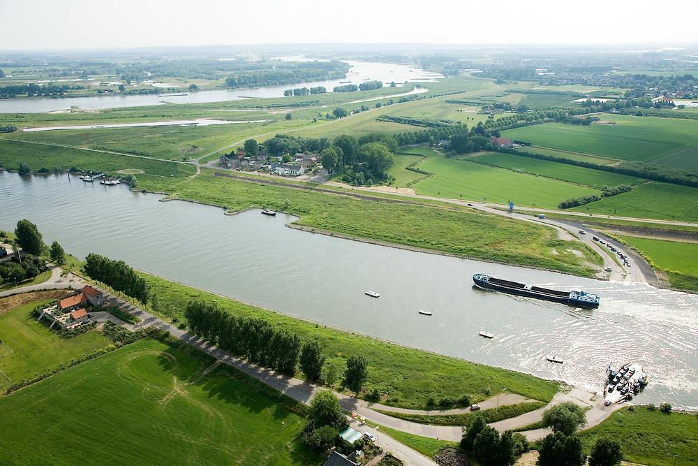 Nederland, Gelderland, Gemeente Lingewaard, 28-06-2006; luchtfoto (25% toeslag in de voorgrond passeert een binnenvaartschip de veerpont over het Pannerdensch Kanaal, tussen Pannerden en Doornenburg, de rivier aan de horizon is de Waal, de landtong links is het begin van de Pannerdensche Kop (het gelijknamig Fort is net buiten beeld, zie andere luchtfoto's pontveer, veerstoep, scheepvaart, waterbeheer.luchtfoto (toeslag aerial photo (additional fee required .foto Siebe Swart / photo Siebe Swart