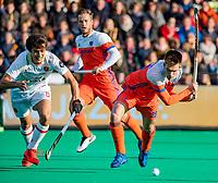 ROTTERDAM - Thierry Brinkman (NED) met Marc Serrahima (Spain)  scoort maar het doelpunt wordt afgekeurd  tijdens   de Pro League hockeywedstrijd heren, Nederland-Spanje (4-0) . COPYRIGHT KOEN SUYK