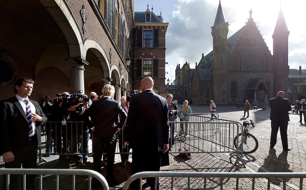 Nederland. Den Haag, 5 augustus 2010.<br /> PVV leider Geert Wilders praat met de pers bij binnekomst<br /> Ivo Opstelten, gisteravond benoemt tot informateur, op zijn eerste werkdag op het Binnenhof. Hij ontvangt de leiders van de VVD, CDA en PVV voor een eerste gesprek over de te volgen procedure om tot een regeerakkoord en een gedoogakkoord te komen. Mark Rutte, Geert Wilders, Maxime Verhagen.<br /> kabinetsformatie, coalitie, coalitievorming, politiek, formatie, politiek, minderheidskabinet, gedoogsteun, dkdb, persoonsbeveiliging<br /> Foto © Martijn Beekman