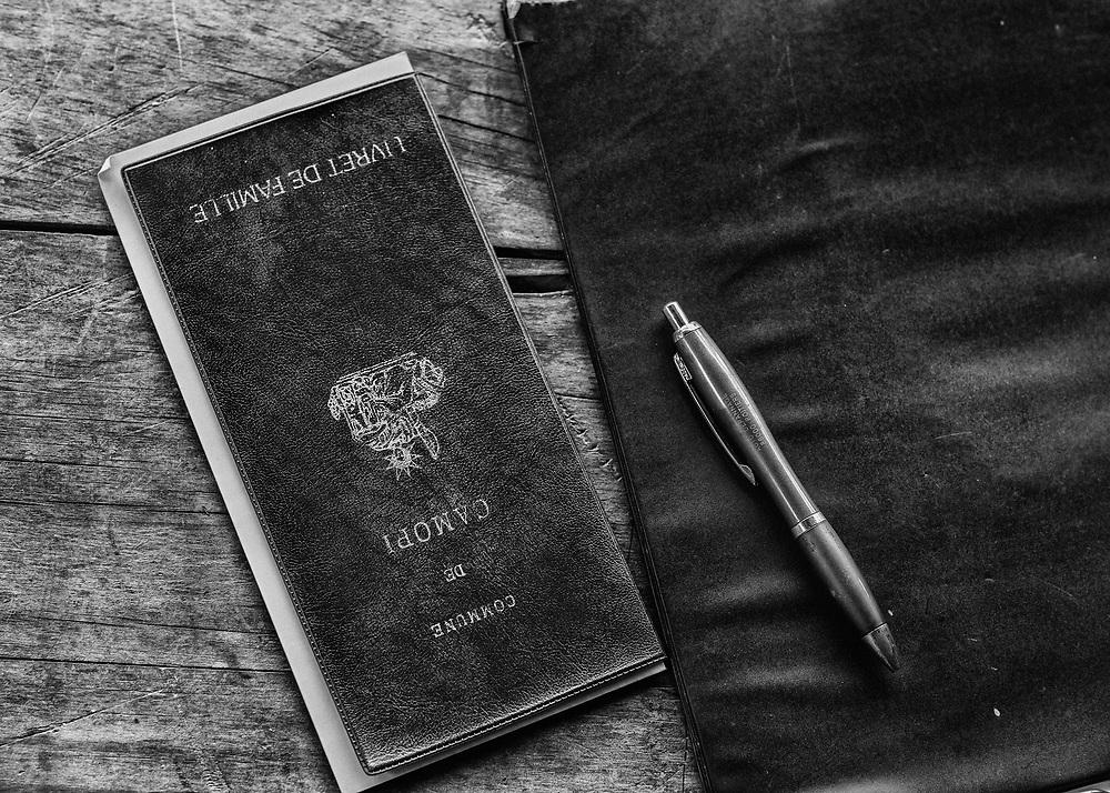 Trois-Sauts, Guyane, 2015.<br /> <br /> Jugement supplétif d'acte de naissance. Dans le Haut-Oyapock, les populations amérindiennes vivent au sein de communautés selon des règles coutumières qui leur sont propres et la limite frontalière délimitée par le fleuve qu'ils traversent sans cesse reste artificielle. Si une naissance survenue en France n'a pas été déclarée dans le délai de trois jours, l'officier de l'état civil ne peut pas de lui-même la transcrire sur ses registres. Il ne peut le faire que sur le fondement d'un jugement rendu par le tribunal de grande instance du lieu de naissance de l'enfant.<br /> <br /> Sans présence systématique d'officier d'état civil sur place, il est souvent difficile préciser un lieu de naissance et une filiation française. Une partie importante de la population est donc française mais sans papiers, privée des droits sociaux et politiques issus de la nationalité française.<br /> <br /> Un jugement supplétif ou déclaratif d'acte d'état civil, ordonné par le Tribunal de Cayenne, permet de pallier cette absence. Ce jugement possède la même valeur authentique que l'acte d'état civil inexistant qu'il remplace. A défaut de trace écrite, une enquête administrative est alors diligentée pour recueillir des témoignages oraux sur les circonstances de la naissance et instruire le dossier.