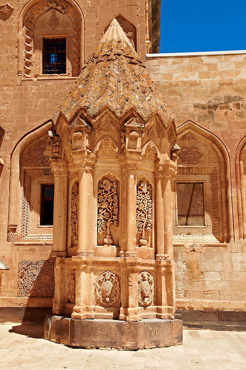 Tomb of the 18th Century Ottoman architecture of the Ishak Pasha Palace (Turkish: İshak Paşa Sarayı) ,  Ağrı province of eastern Turkey. .<br /> <br /> If you prefer to buy from our ALAMY PHOTO LIBRARY  Collection visit : https://www.alamy.com/portfolio/paul-williams-funkystock/ishak-pasha-palace-turkey.html<br /> <br /> Visit our TURKEY PHOTO COLLECTIONS for more photos to download or buy as wall art prints https://funkystock.photoshelter.com/gallery-collection/3f-Pictures-of-Turkey-Turkey-Photos-Images-Fotos/C0000U.hJWkZxAbg