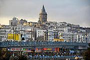 Turkije, Istanbul, 4-6-2011Straatbeeld van Istanbul in de aanloop naar de verkiezingen voor het parlement op 12 juni. De Galatatoren en galatabrug.Foto: Flip Franssen