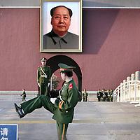 China,Beijing ,maart 2008..De Nationale Garde bewaakt de hoofdingang van De Verboden Stad.