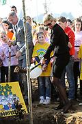 Prinses Máxima bij Nationale Viering van de 55ste Boomfeestdag in Oeffelt. Princess Maxima at the National Celebration of the 55th Boomfeestdag ( plant a tree day )in Oeffelt.<br /> <br /> Op de foto / On the photo:  Prinses Maxima zal de laatste van 28 gedenkbomen planten ter nagedachtenis aan de 28 slachtoffers van het busongeluk in Zwitserland //// Princess Maxima will plant the last of 28 commemorative trees to commemorate the 28 victims of bus accident in Switzerland