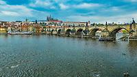 Prague, la ville aux mille tours et mille clochers, n'a pas seulement inspire Andre Breton et les surrealistes. Chaque annee, la belle Tcheque seduit des millions d'admirateurs du monde entier. Monuments, façades et statues racontent une histoire mouvementee ou planent les ombres du Golem, de Mucha ou de Kafka.<br /> Depuis 1992, le centre ville historique est inscrit sur la liste du patrimoine mondial par l'UNESCO<br /> Vltava<br /> Le pont Charles (Karluv most) est un pont qui relie la Vieille-Ville de Prague (Stare Mesto) au quartier de Mala Strana. Construit au XIVesiecle, il sera le seul pont sur la Vltava jusqu'en 1741.