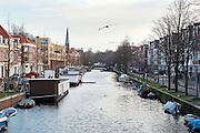 Haagse gracht tussen Noorwal (r) en Veenkade (l). Uitzicht richting Paleistuin, Den Haag - Canal in The Hague, Netherlands
