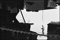 Pakistan - Province du Balouchistan - Gadani Beach - Travaillant souvent au péril de leur vie, des milliers de manoeuvres démantèlent chaque jour, quasiment à mains nues, des dizaines de pétroliers et cargos usés d'avoir sillonné les mers. // Pakistan. Balouchistan. Gadani beach. Cuting boat.