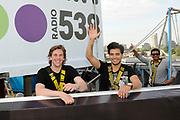 Op maandag 31 augustus presenteert Radio 538 DJ Lindo Duvall samen met sidekick Jelte van der Goot zijn programma vanaf een wel heel bijzondere locatie! Namelijk vanaf een 54 meter hoge snelwegmast langs de A10, ter hoogte van afslag Watergraafsmeer in Amsterdam!<br /> Radio 538 organiseert deze locatie-uitzending langs de A10 ter promotie van een nieuwe verkeersdienst die zij vanaf 31 augustus aan haar luisteraars biedt. Er is een beperkt aantal plaatsen voor pers beschikbaar. Wij vinden het erg leuk als jij er bij bent!  Van 13.30 uur tot 16.00 is er ruimte voor interviews en fotografie met Lindo Duvall en Waylon.<br /> <br /> Op de Foto:  Zanger Waylon met DJ Lindo Duvall