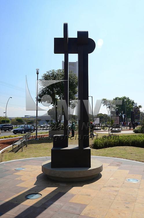 Metepec, Méx.- En el marco del Festival Internacional de Arte y Cultura Quimera 2015 fue inaugurada la exposición Alfabeto Urbano del artista Vicente Rojo, instalada en el Jardín Lineal de Metepec. Agencia MVT / Crisanta Espinosa