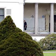 Overbrengen overleden prinses Juliana van paleis Soestdijk naar Noordeinde, prins Bernhard wandel door de gang