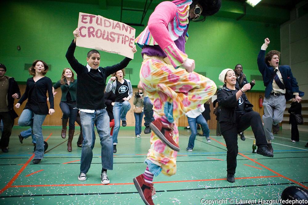 10102007. Action festive du collectif Jeudi Noir dans la résidence privée les Citadines (Paris 11ème)- qui loue des studios de 25 m2 à 750€ par mois et demande 3000€ de revenus - et occupation du CROUS pour dénoncer la crise du logement étudiant.