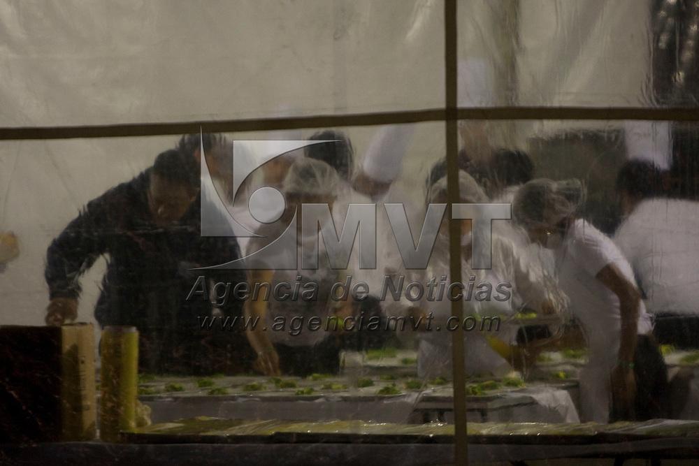 Toluca, Méx.- Cocineros y meseros trabajan para servir los alimentos a los invitados a la cena de inauguracion en la 8 edicion de la Cumbre de Negocios denominada Tiempo de despegar: Acciones para el cambio; en el centro cultural mexiquense de esta ciudad y donde Carlos Slim Helu, presidente del consejo de administracion de grupo CARSO Mexico. Agencia MVT / Mario Vazquez de la Torre. (DIGITAL)