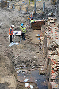 Nederland, The Netherlands, nijmegen, 9-10-2015Archeologische opgravingen aan de voet van de Valkhofheuvel.  Er zijn resten uit de 13e tot 19e eeuw gevonden alsmede uit de Romeinse tijd. De vondst van restanten van de oude Veerpoort met een voorpoort uit de 13e eeuw is bijzonder, van hieraf ging de route naar de eerste veerpont naar Lent die bij het Valkhof liep.Op deze plek komt De Bastei, het nieuwe centrum voor natuur en cultuurhistorie, dat doorloopt tot de 16e eeuwse Stratemakerstoren.  FOTO: FLIP FRANSSEN/ HH