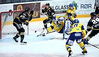 Ishockey , Get-Ligaen , semifinale 4<br /> 03.04.16<br /> CC Amfi<br /> Storhamar   v  Stavanger Oilers 4-5<br /> Foto : Dagfinn Limoseth , Digitalsport<br /> Oskar Östlund  , Storhamar slipper inn skuddet fra Stian Høygård , Stavanger Oilers
