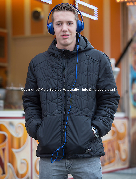 Nederland,  Den Bosch,rubriek Waar Luister Jij Naar.  Quinten Swinkels 14 jaar oud luistert naar het  rapnummer, Kan Niet hangen Met Jouw van Ismo FT Sven Alias & MocroManiac. Quinten is vooral een liefhebber van nederlandstalige Rap zoals Ismo,Boef en Lijpe. De muziek heeft ritme,een lekker deuntje,maakt vrolijk en blij. De herkenbaarheid van de teksten maakt de muziek ook aantrekkelijk.Op weg naar school heeft hij altijd zijn koptelefoon op. Muziek opzetten is een eerste prioriteit bij opstaan en bij thuiskomen na school.