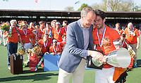 AMSTELVEEN -  Vreugde bij het team van OZ . aanvoerder Robert van de Horst van OZ  krijgt de beker van KNHB voorzitter Eric Cornelissen.       Beslissende finalewedstrijd om het Nederlands kampioenschap hockey tussen de mannen van Amsterdam en Oranje Zwart (2-3). COPYRIGHT KOEN SUYK