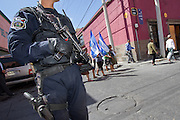 A Federal Policeman custodies the march of Central American mothers after they met with local authorities in the city of San Luis Potosí, capital of the state with the same name. (Photo: Prometeo Lucero)