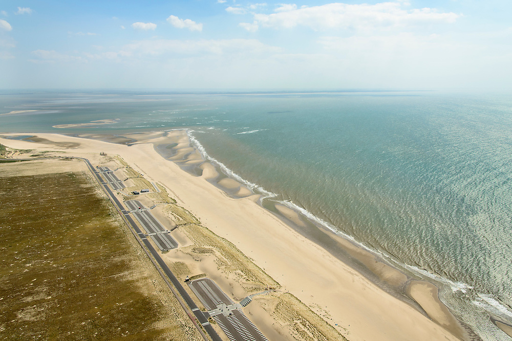 Nederland, Zuid-Holland, Rotterdam, 10-06-2015; Tweede Maasvlakte (MV2), Maasvlaktestrand met parkeerterreinen en duinovergangen die toegang geven tot het badstrand. <br /> <br /> Second Maasvlakte, Maasvlakte Beach with parking and dune crossings that provide access to the bathing beach.<br /> luchtfoto (toeslag op standard tarieven);<br /> aerial photo (additional fee required);<br /> copyright foto/photo Siebe Swart