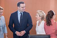 03 JUL 2019, BERLIN/GERMANY:<br /> Jens Spahn (Mi-L), CDU, Bundesgesundheitsminister, und Ursula von der Leyen (Mi-R), CDU, Budnesverteidigungsministerin, im Gespraech, vor Beginn der Kabinettsitzung, Bundeskanzleramt<br /> IMAGE: 20190703-01-007<br /> KEYWORDS: Kabinett, Sitzung, Gespräch