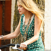 NLD/Amsterdam/20150702 - Amber Heard fietsend door Amsterdam - Amber Heard on a bycicle in Amsterdam,