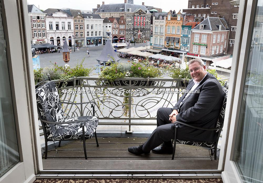 Nederland,  Den Bosch, Rubriek Kamer 7, prins carnaval Koos Woltjes in zijn vaste hotelkamer bij Hotel Central.