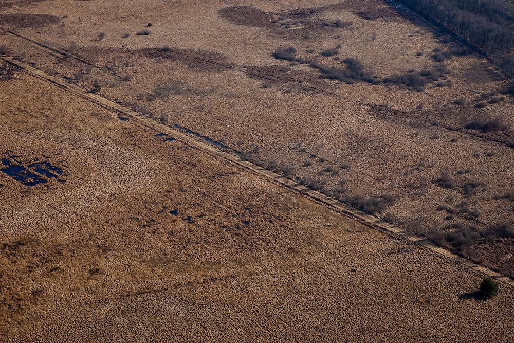 Nederland, Noord-Brabant, Limburg, 07-03-2010; Noordelijk deel van Nationaal Park Groote Peel, op de grens van Noord-Brabant en Limburg. Aangesloten restanten hoogveen .Het huidige natuurgebied, oorspronkelijk hoogveenmoeras, bestaat naast restanten hoogveen, uit plassen en kale vlakten (met pijpenstrootje en hei) zoals overbleven zijn na het afgraven van de turf. Het huidige beschermde natuurgebied is een internationaal erkend wetland..National Park Groote Peel, northern part, remainder of the original peat bog. The present nature, original moor, exists alongside lakes and barren plains (with heather and purple moor) as remained after the excavation of peat. The current protected nature reserve is an internationally recognized wetland..luchtfoto (toeslag), aerial photo (additional fee required);.foto/photo Siebe Swart