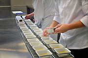 Nederland, Veghel, 29-9-2015 Bij een cateringsbedrijf, cateraar, worden maaltijden voor luchtvaartmaatschappijen, ziekenhuizen, congressen, feesten en partijen klaargemaakt. Veel instellingen in de zorg, gezondheidszorg,besteden de verzorging van het eten, voedsel, uit aan cateraars. FOTO: FLIP FRANSSEN/ HH