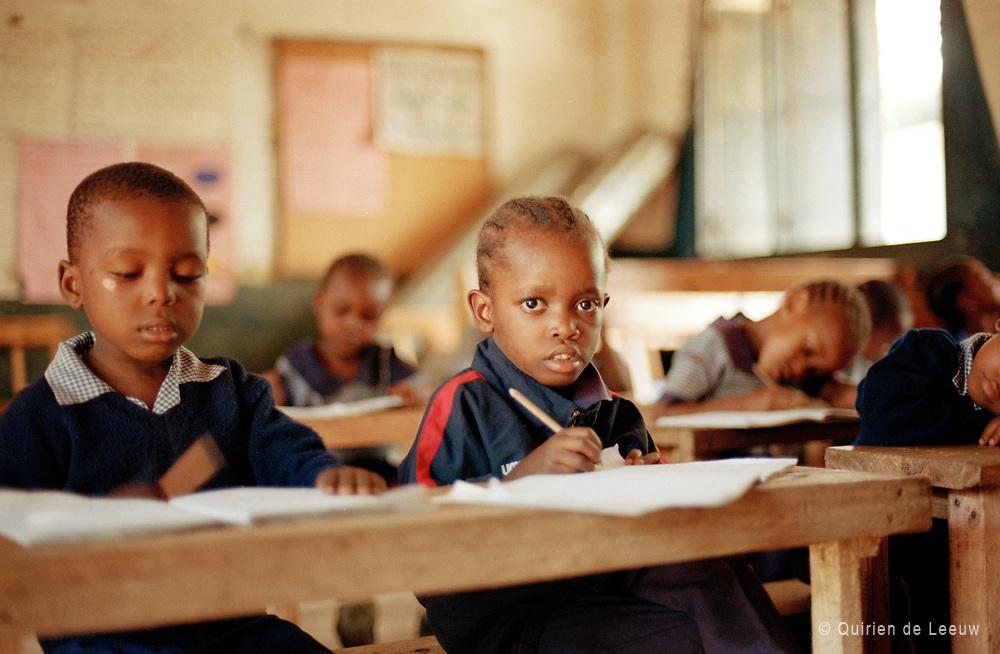 Kinderen krijgen les op een nursery school in Mombasa, Kenia