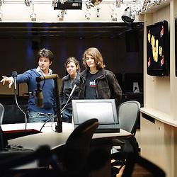 Deux lyceens en compagnie du journaliste Eric Lamon rencontrent Frederic Pau dans les locaux de la radio NRJ. Paris 16e, le 12 mars 2009. Photo : Antoine Doyen pour Tele Loisirs.