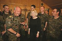 29 APR 2001, PRISTINA/KOSOVO:<br /> Ulrike Merten (M), MdB, SPD, Brigadegeneral Wolf-Dieter Langheld (L), Kommandeur des deutschen Heereskontingents KFOR, und Bundeswehrsoldaten aus ihrem Wahlkreis, waehrend einem Gespraech über die Lage im Kosovo, im Rahmen eines Besuches beim deutschen KFOR-Kontingent im Kosovo und Mazedonien<br /> IMAGE: 20010429-01/04-23<br /> KEYWORDS: KFOR, Gespräch, Soldat, Soldier, Bundeswehr