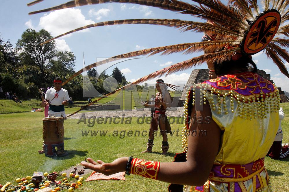 """Toluca, Mex.- Integrantes del grupo """"Tactocan Cuautli Balam"""" que significa """"Donde se hablan las Aguilar y los jaguares""""  sostienen un encuentro mundial indígena por la tierra y la paz y se encuentran visitando diversos centros ceremoniales a lo largo de México, en esta ocasión realizaron  purificaciones y ofrendas a Ehécatl-Quetzalcóatl, en la zona arqueológica de Calixtlahuaca; esto como una forma de preservar nuestras raíces prehispanicas, algunos de los integrantes son del Estado de México y otros de Puebla, en algunos lugares llegan a tener problemas ya que no les permiten realizar sus ceremonias; en esta ocasión algunos de los visitantes a esta zona se unieron a danzar. Agencia MVT / Crisanta Espinosa. (DIGITAL)<br /> <br /> NO ARCHIVAR - NO ARCHIVE"""