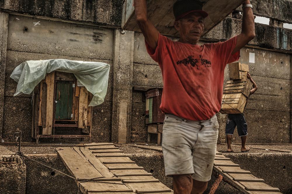 Brazil, Amazonas, rio Negro, Manaus. Quartier du port. Dockers.