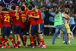 01.07.2012, Olympia Stadion, Kiew, UKR, UEFA EURO 2012, Spanien vs Italien, Finale, im Bild Jubel HISZPANOW, OCHRONA USUWA KIBICA, KTORY WTARGNAL NA MURAWE // during the UEFA Euro 2012 Final Match between Spain and Italy at the Olympic Stadium, Kiev, Ukraine on 2012/07/01. EXPA Pictures © 2012, PhotoCredit: EXPA/ Newspix/ Tomasz Jastrzebowski..***** ATTENTION - for AUT, SLO, CRO, SRB, SUI and SWE only *****