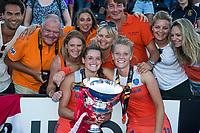 LONDEN - Lidewij Welten (Ned) met Caia Van Maasakker (Ned) en familie    na het winnen van  de finale Nederland-Ierland (6-0) bij  wereldkampioenschap hockey voor vrouwen.  . COPYRIGHT  KOEN SUYK